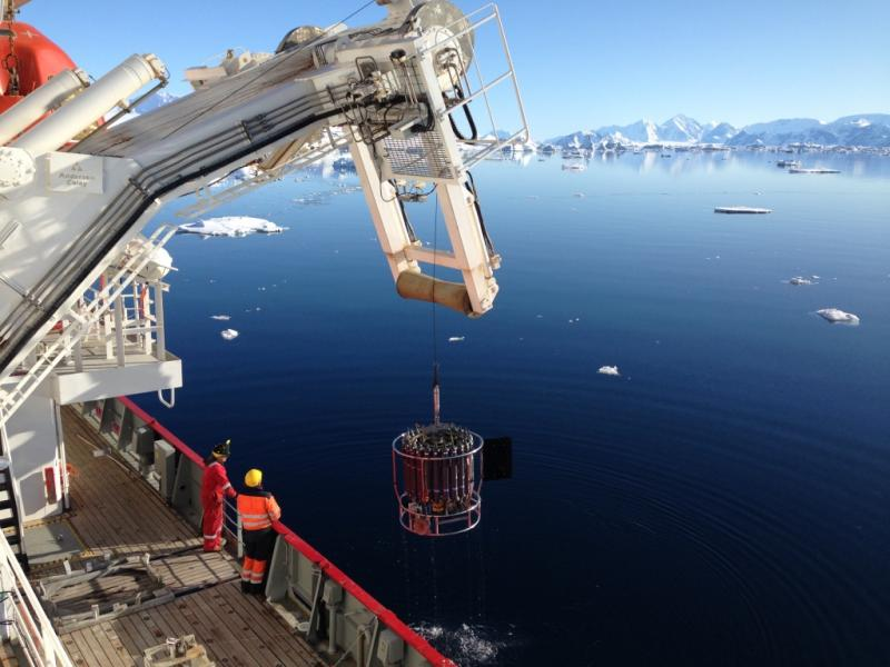 Finishing a CTD in calm waters of the Antarctic Peninsula (Image: J. Mecking)
